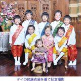 タイの民族衣装を着て記念撮影