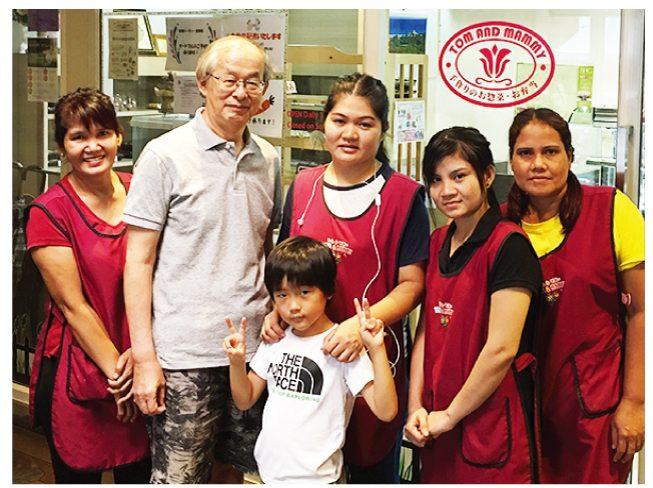 伴さん(左から2番目)とトム&マミーのスタッフと夏休みにタイに遊びに来た伴さんのお孫さん