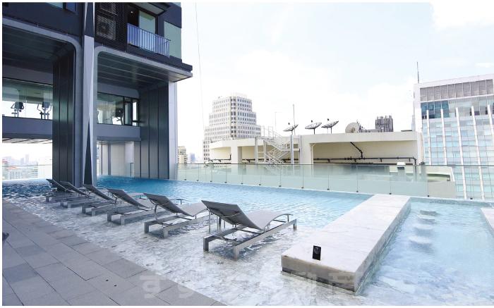 27階にある屋外プール