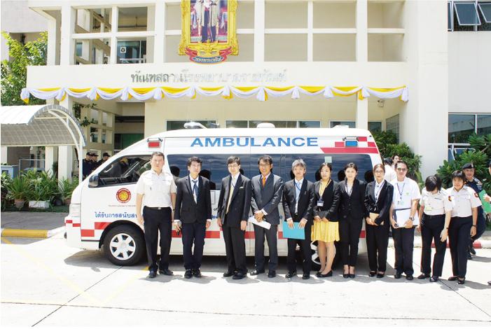 寄贈した救急車の前で病院関係者と日本大使館の川村博司次席公使ほか関係者