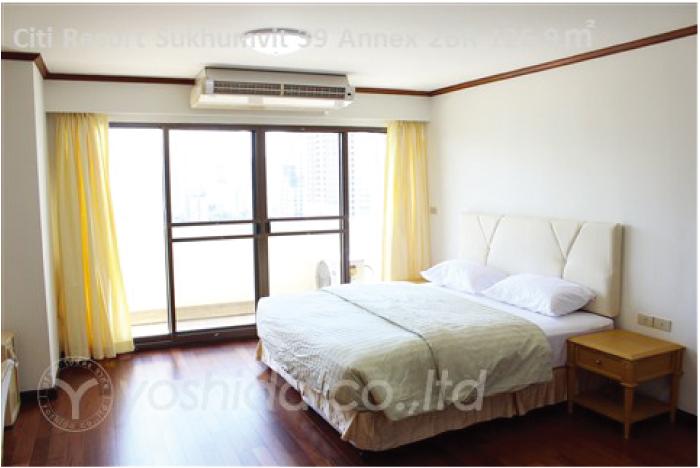 白基調で明るいベッドルーム