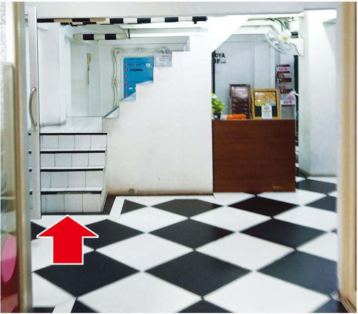 廊下の奥にある階段で2階へどうぞ