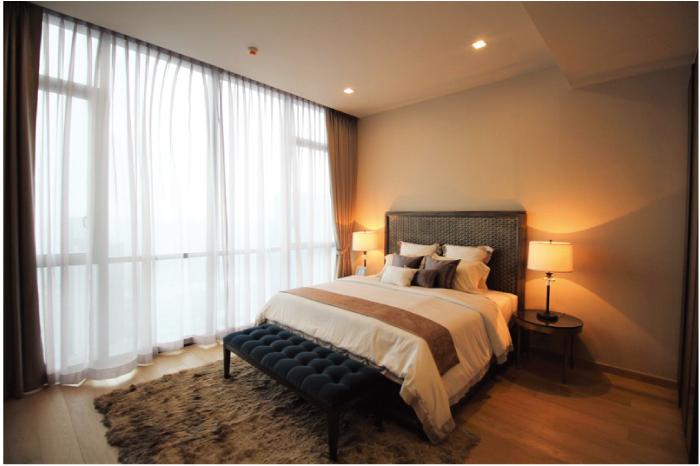 窓が大きくて採光もよいベッドルーム
