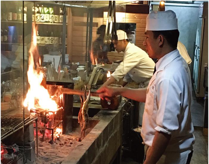 竹飯をつくっているところ。炎が迫力!