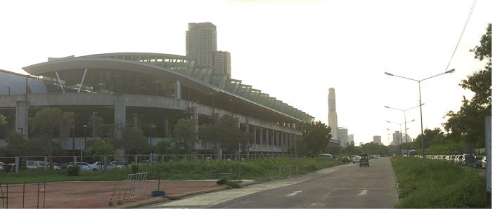 マッカサン駅と開発区域。まだ広い更地が広がっている。