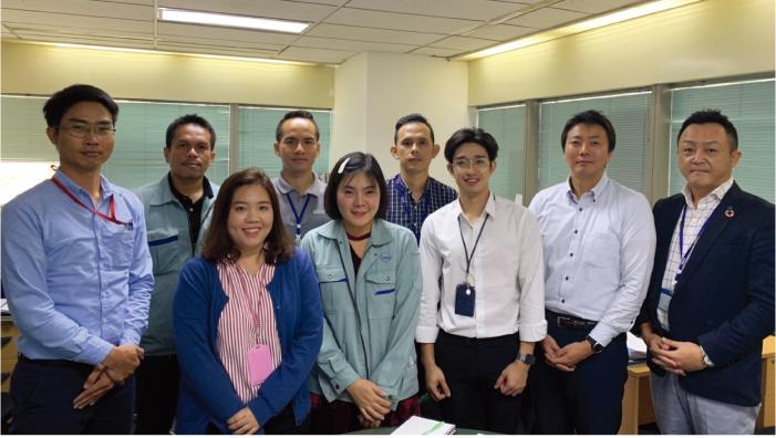 左から、Kittisakさん、Nipholさん、 Teeさん、 Luckyさん、Cokkieさん、Sirisakさん、 Jayさん、 小谷マネージャ、田中責任者。