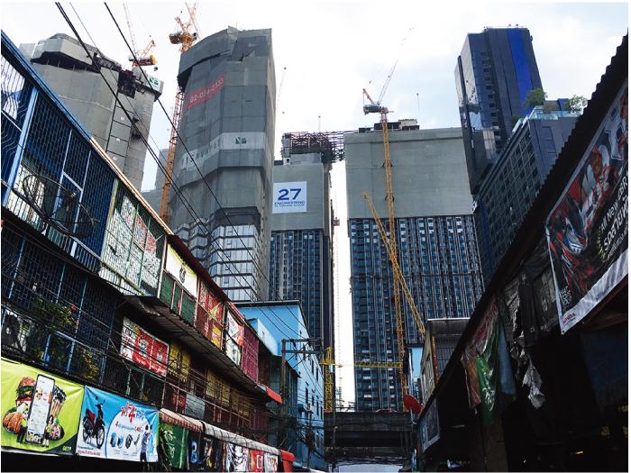 ラマ9世通りを挟んだソイから見ると建設中のコンドミニアムがまるで壁のように立ちはだかる