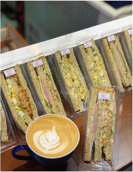 フォーティーワンコーヒーで売っているサンドイッチとコーヒー