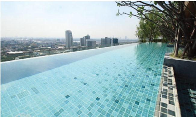 遠くまで見渡せる屋上のプール