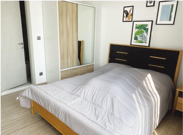 満足できる木製家具と白基調のベッドルーム