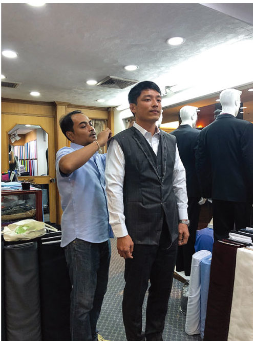 アンドリュー&ウォーカーでスーツを仕立てる日本人男性