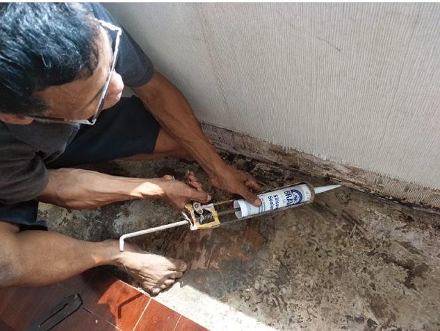 ②内部、コンクリート打ち継ぎ部分のシリコーン打ち