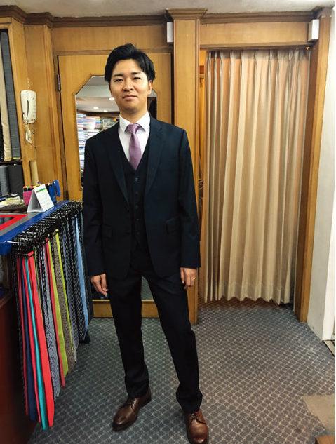 アンドリュー&ウォーカーで出来上がったスーツの試着をする日本人男性