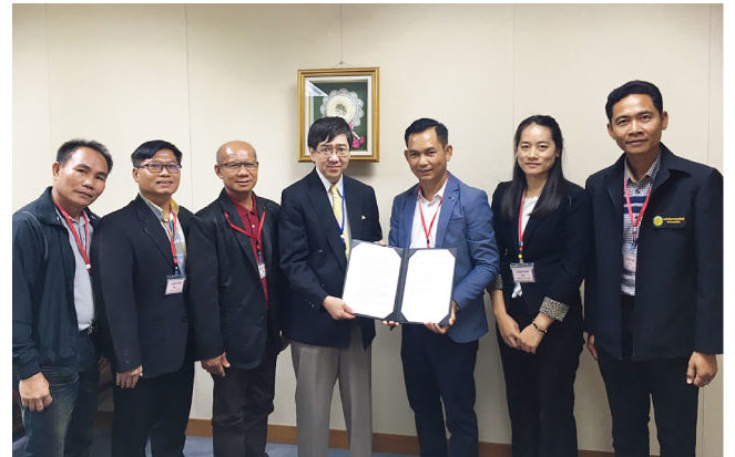 川村博司臨時代理大使(中央左)とコーククラーン区行政機構のソンウォン・ナームノン区行政機構長との間で執り行われた署名式