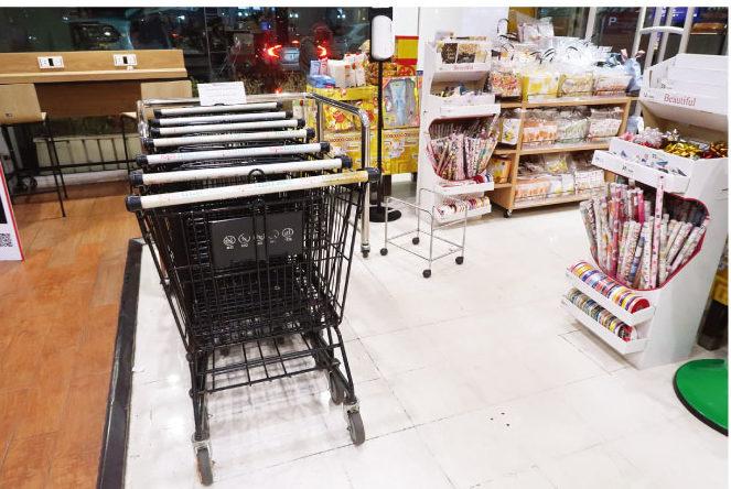 トップス店内の手持ちの買い物かごは常にない状態 (中央)