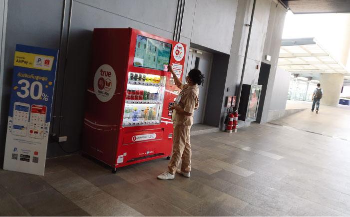 ポツンとあった自動販売機。飲食店が多数ある中、置いてるのが不思議だ