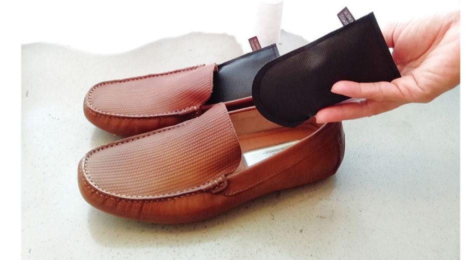 靴の中に入れると消臭効果あり