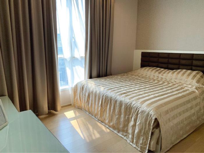 HQ by Sansiriの明るいベッドルーム