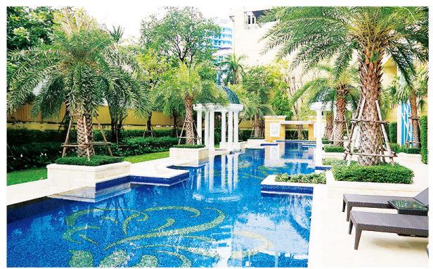 ロイス プライベート レジデンスのリゾート感あふれる屋外プール