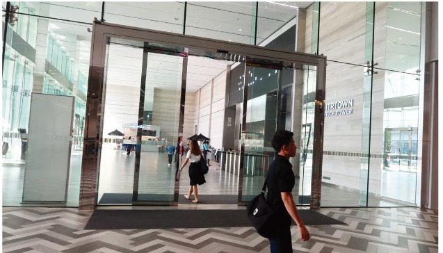 商業施設と賃貸オフィスを結ぶ空間