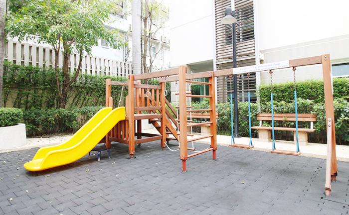 ユー サバーイ ラマ 4 クルアイナムタイの子供の遊び場にある遊具