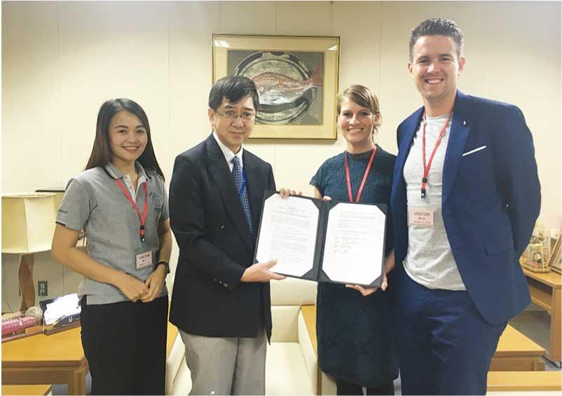 川村博司次席公使とナターシャ・ケルダー サイアムケア財団長との間で執り行われた署名式