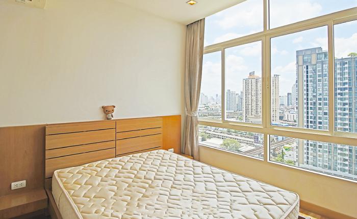 Ideo Verve Sukhumvit 81の明るいベッドルーム