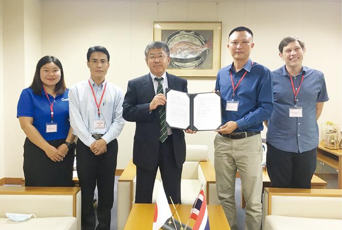 梨田和也大使とウィワット・タナーパンヤーウォラグン ワンスカイ財団長との間で執り行われた署名式