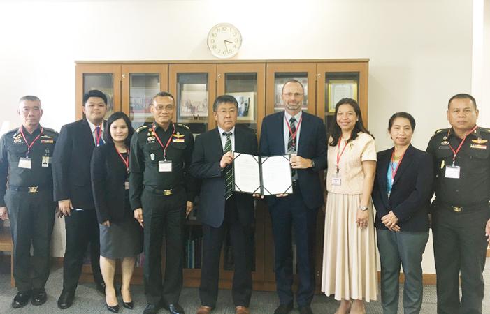 梨田和也大使とノルウェイ・ピープル・エイドのアクセル・スティーン・ニルセン・カントリーダイレクターとの間で執り行われた署名式