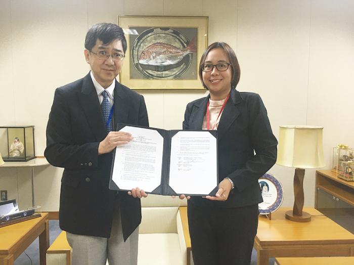 川村博司次席公使とバーンパークナーム学校のシリラック・ウォンガヴィーヴィット校長との間で執り行われた署名式