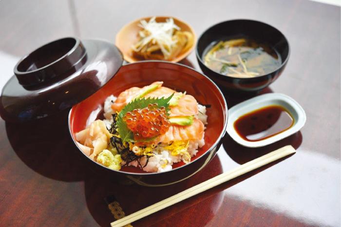 サーモンアボカド丼 300B 味噌汁つき