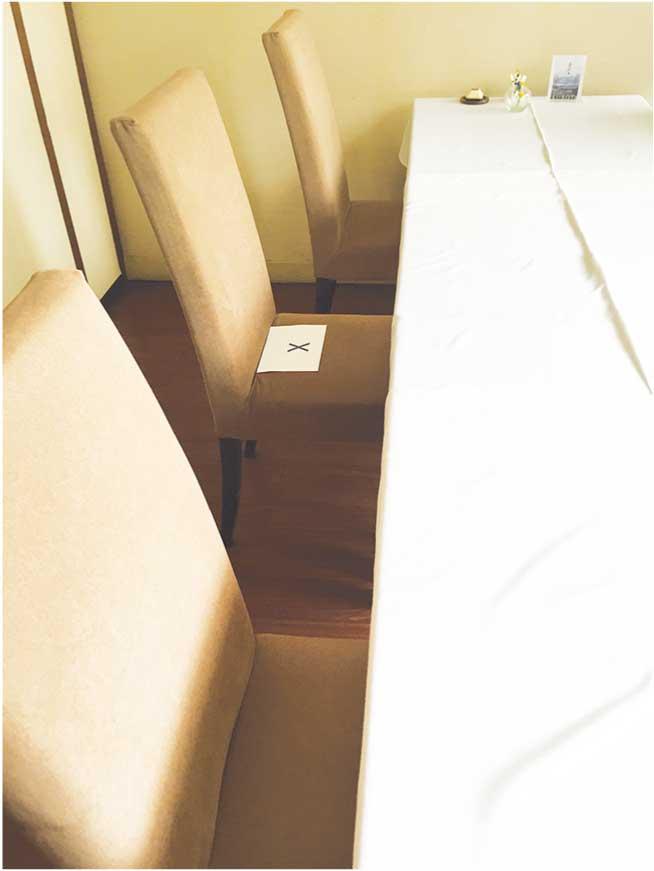 こちらのテーブル席はあいだを1席空けています