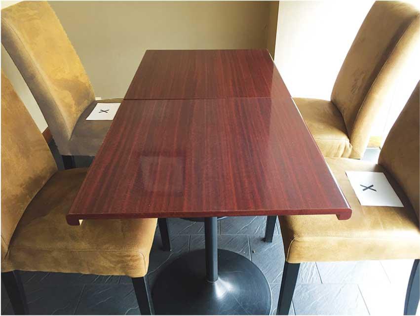 大の樹のソーシャルディスタンス対策 テーブル席では向かい合って座らないよう×印を椅子に設置