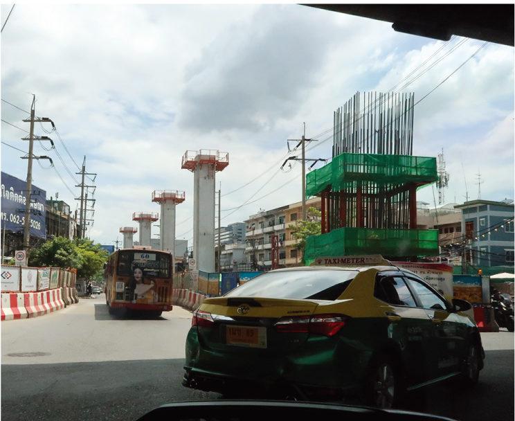 ラムサーリーの交差点では、イエローラインの高架が建設中で、ここで連絡する