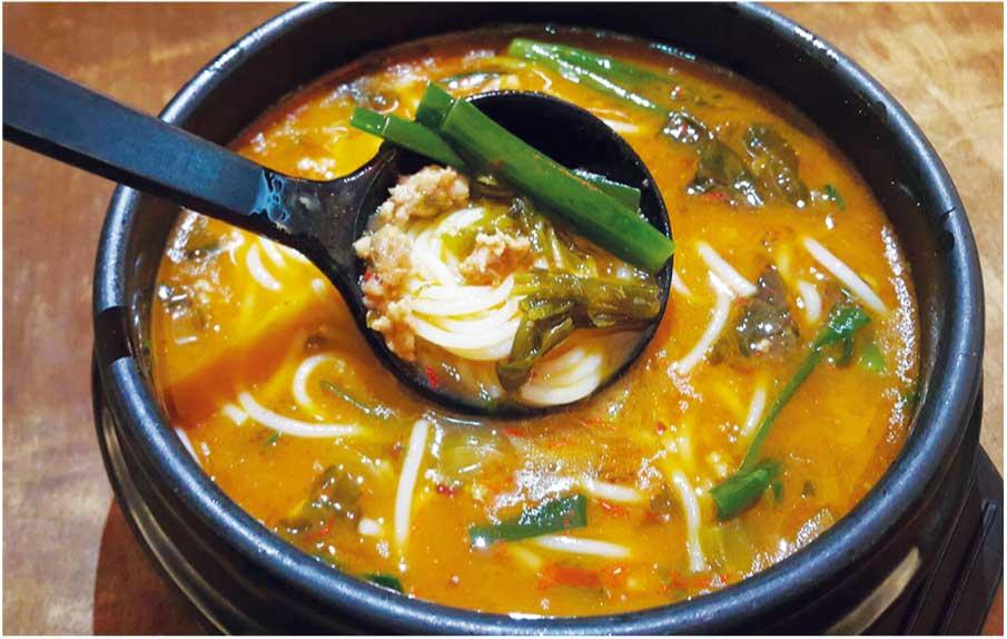 雲南地方スタイルの米麺128バーツ(小)/192バーツ(大)