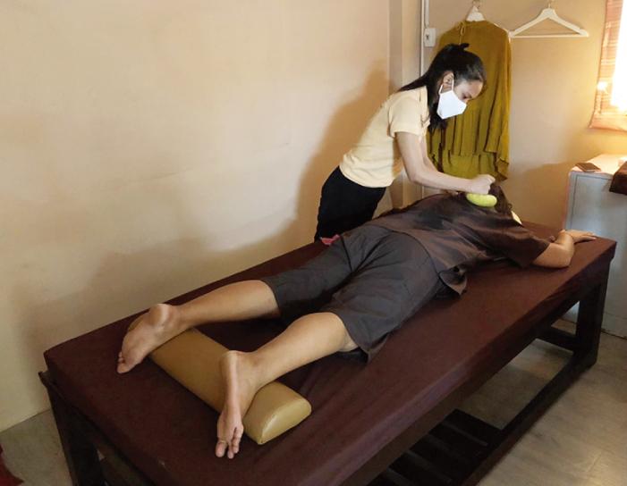ジャパニーズ鍼灸クリニックのハーバルマッサージ風景