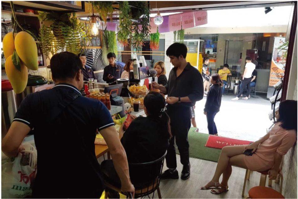 タイ自由ランド前でにぎわうタイ人