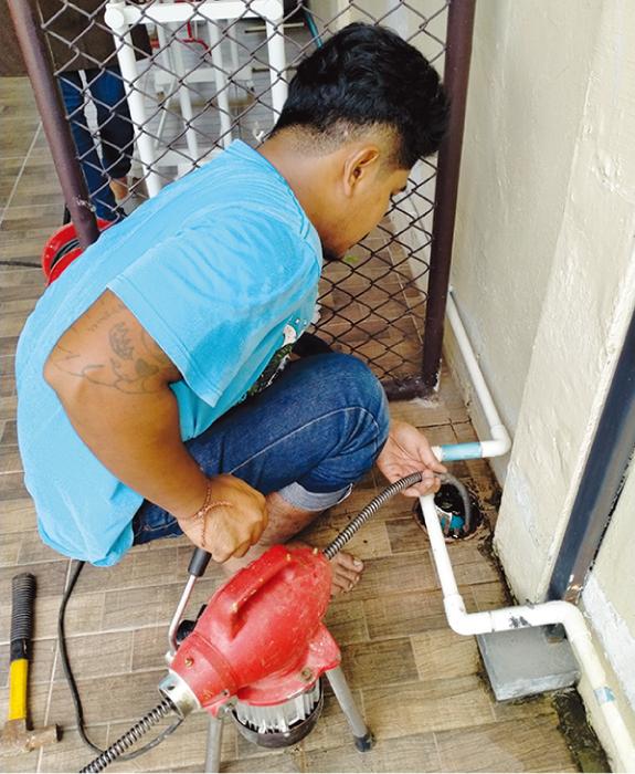 3階と屋上から排水管の詰まり除去工事をしてくれました