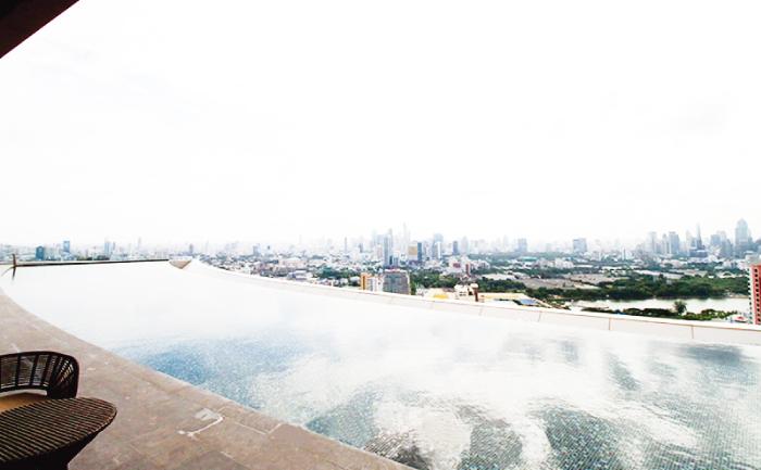 プールからチャオプラヤー川が見える