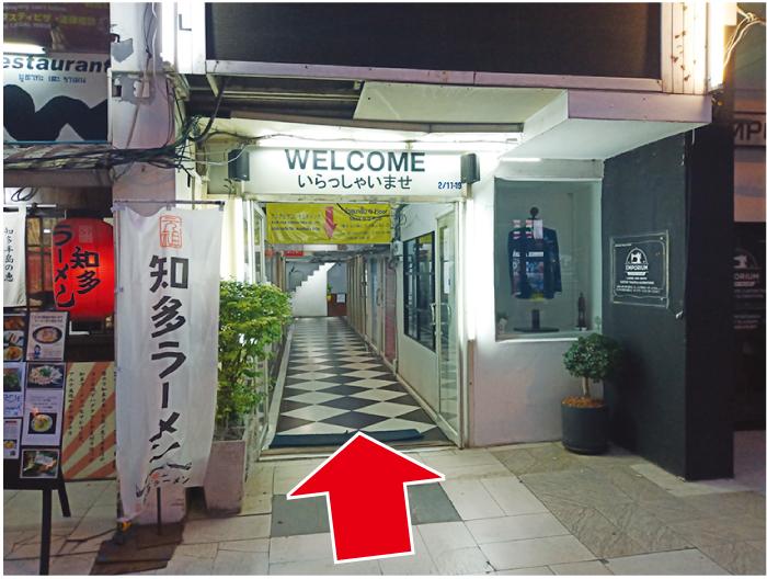 ターミナルビル奥の階段で2階へ