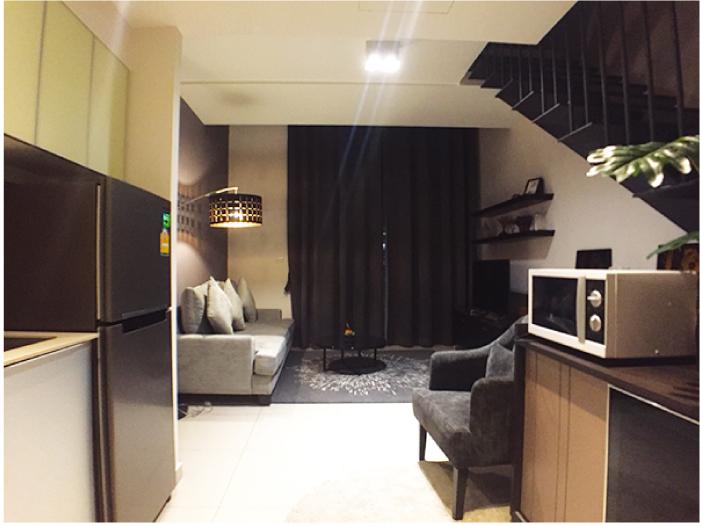 「ザ・ロフト・エカマイ(The Lofts ekkamai)」のデュプレックスタイプのキッチンとリビング