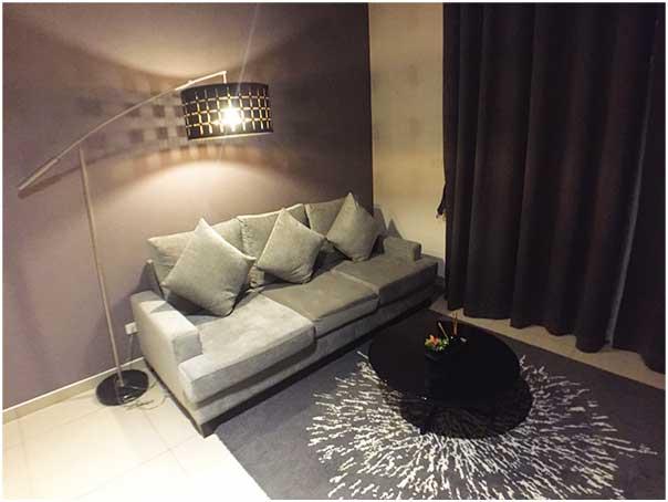 「ザ・ロフト・エカマイ(The Lofts ekkamai)」のデュプレックスタイプのリビングのソファ