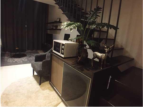 「ザ・ロフト・エカマイ(The Lofts ekkamai)」のデュプレックスは部屋の中に階段があります