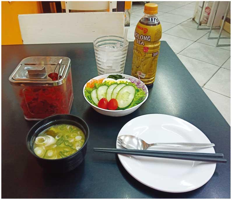 サラダとドリンクのセット(50バーツ) 福神漬けとみそ汁は無料サービス