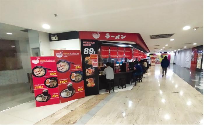 回りの店がない状態でポツンとあるカウンターのみのとんこつラーメン屋さん。結構、タイ人で混み合っている