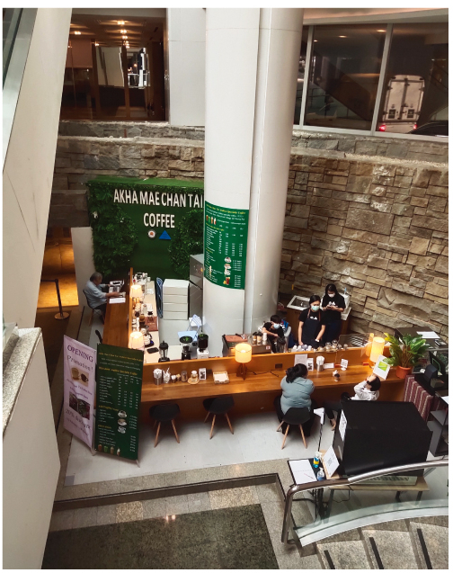 アカ・メーチャンタイのコーヒー店のカウンター