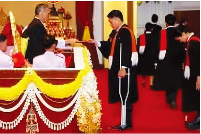 タマサート大学では、プミポン国王が 2000年まで48年間卒業証書を手渡して いた。翌年から現国王が行っている