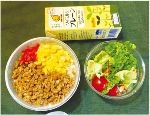 朝食用弁当例「鶏そぼろごはん、サラダ、豆乳」