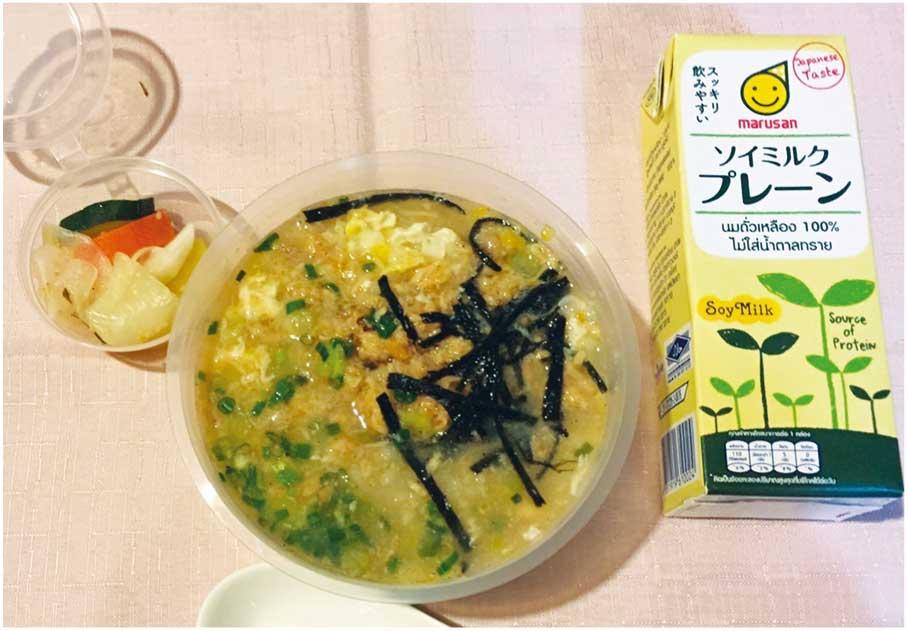 朝食用弁当例「鮭雑炊、漬物、豆乳」