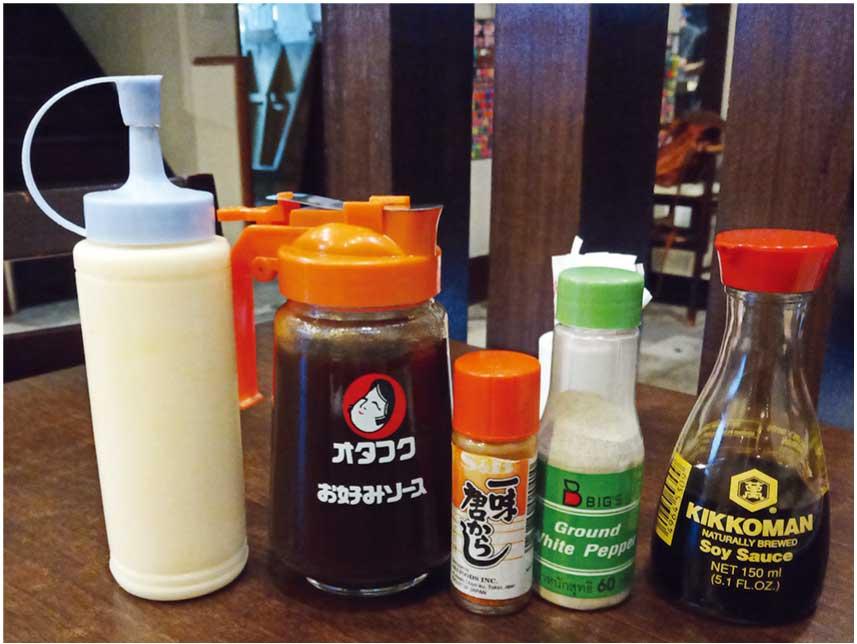 広島のテーブルにあるマヨネーズやソース